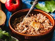 Рецепта Здравословна закуска с елда / гречка, ябълки, мед и канела